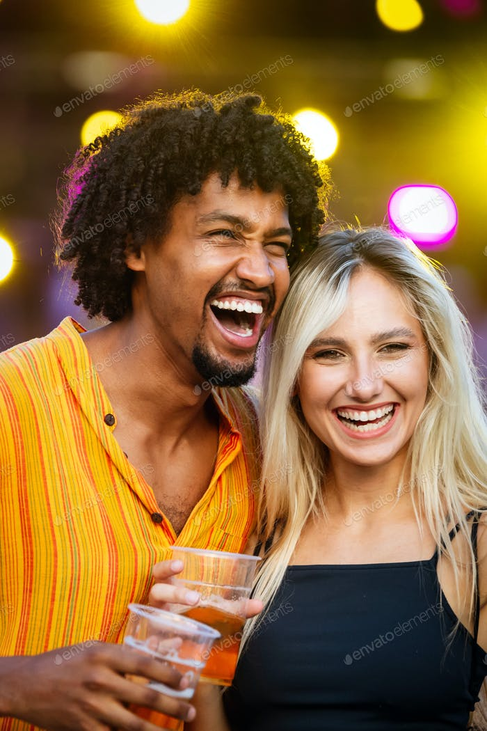 Paar Glück Spaß Konzept. Glückliches junges Paar umarmen lachen auf dem Datum