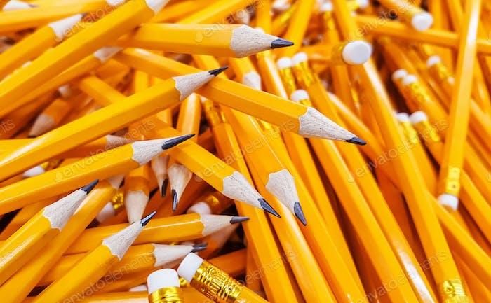 Muchos lápices apilados en una pila grande