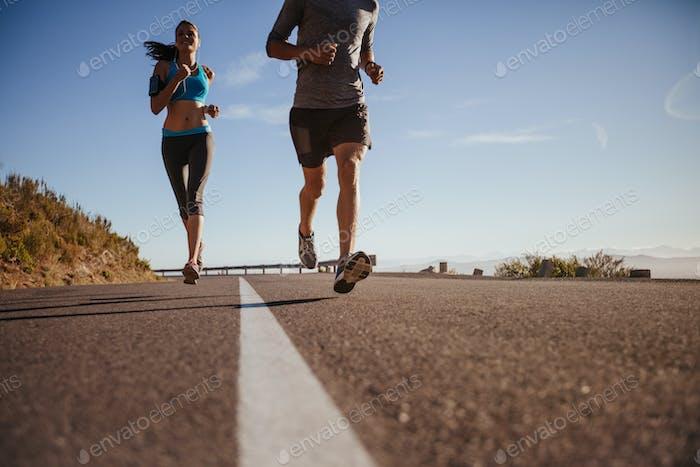 Läufertraining auf Landstraße