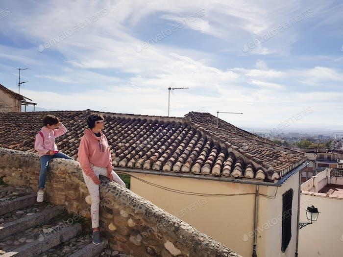 Mutter und Tochter genießen die Aussicht auf Granada von der Realejo Nachbarschaft