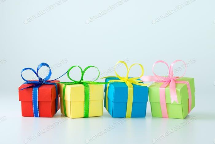 Verschiedene farbige Geschenk-Boxen
