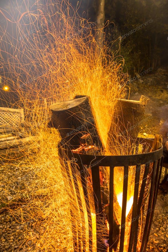 Brennende Feuerstelle Stahlkorb