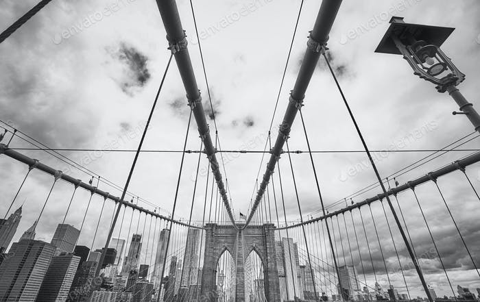 Schwarz-Weiß-Bild der Brooklyn Bridge, NYC.
