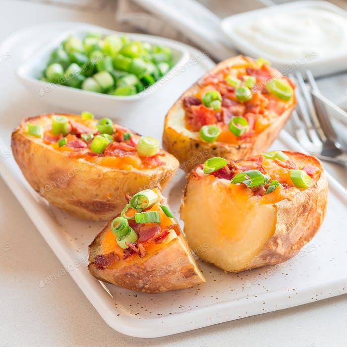 Gebackene Kartoffelschalen mit Cheddar-Käse und Speck auf Ceram