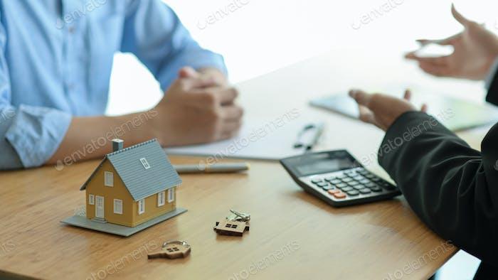 Versicherungsmakler führen Immobilienversicherungsprogramme für Kunden ein.