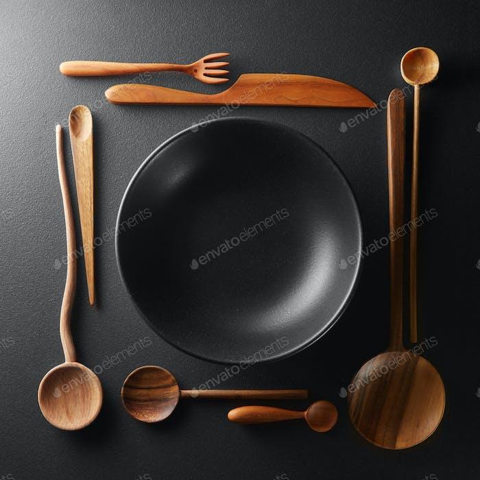 Rahmen der Einstellung leere Teller und Holzbesteck