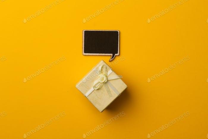 Concepto Pequeño caja de regalo con burbuja de voz de De madera para mensajes