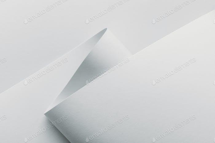 Nahaufnahme von weißem Rollenpapier auf weißem Hintergrund