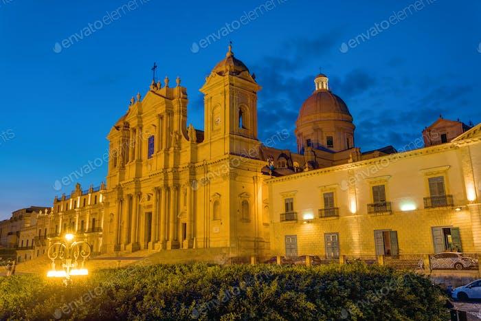 Die berühmte Kathedrale von Noto in Sizilien bei Nacht