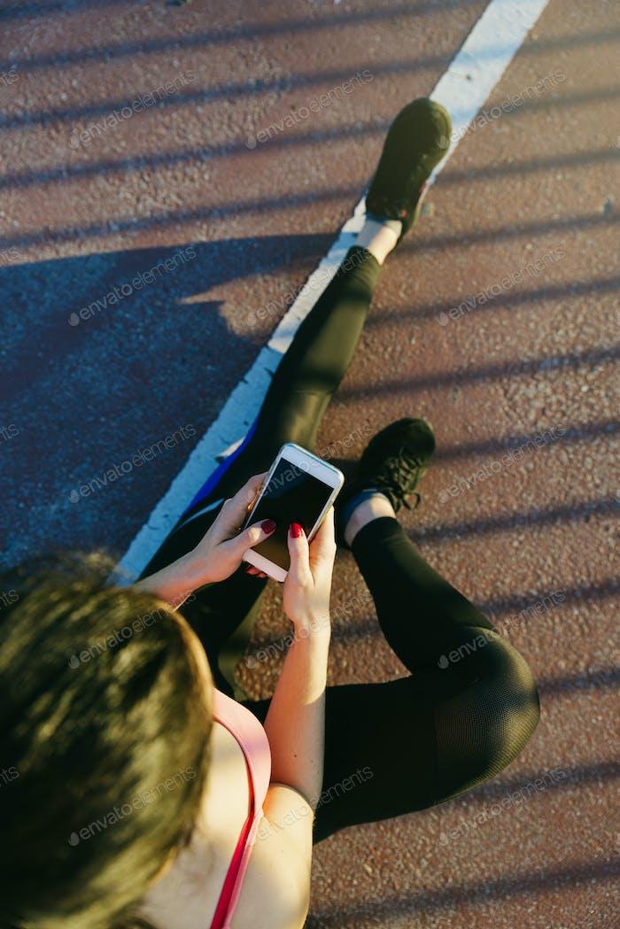 Молодая женщина тренировка в городской пейзаж.