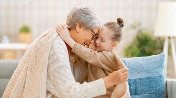 милая девушка и ее бабушка