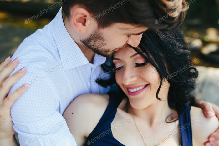 Hombre abrazando a su novia
