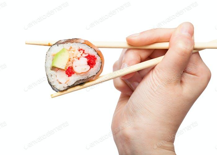 Essstäbchen halten Western-Sushi-Rolle in der Nähe