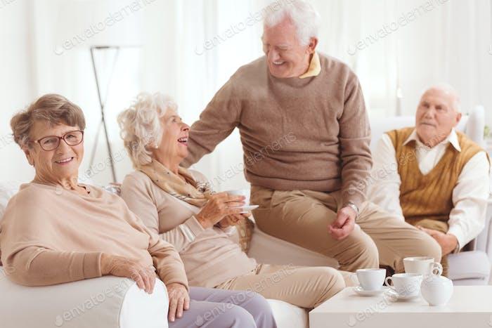 Rentner verbringen Zeit zusammen