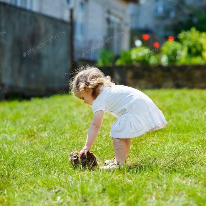Kind mit einem Kaninchen