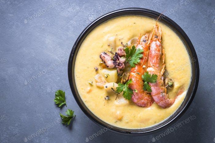 Chowdersuppe mit Meeresfrüchten und Garnelen.
