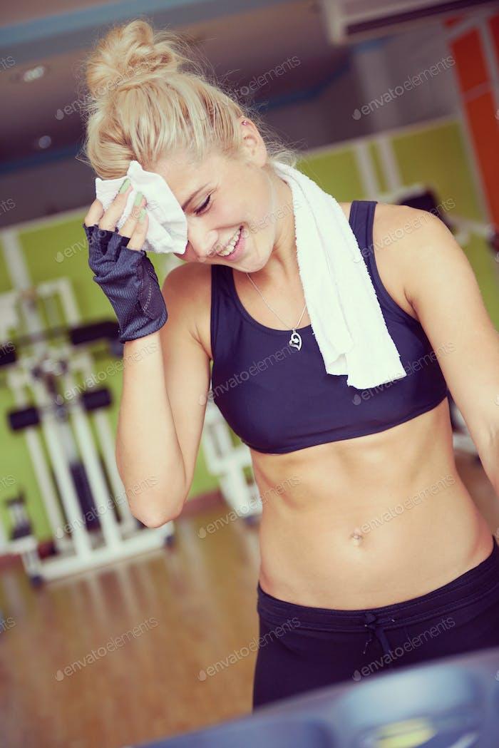 Frau, die auf dem Laufband im Fitnessstudio trainieren