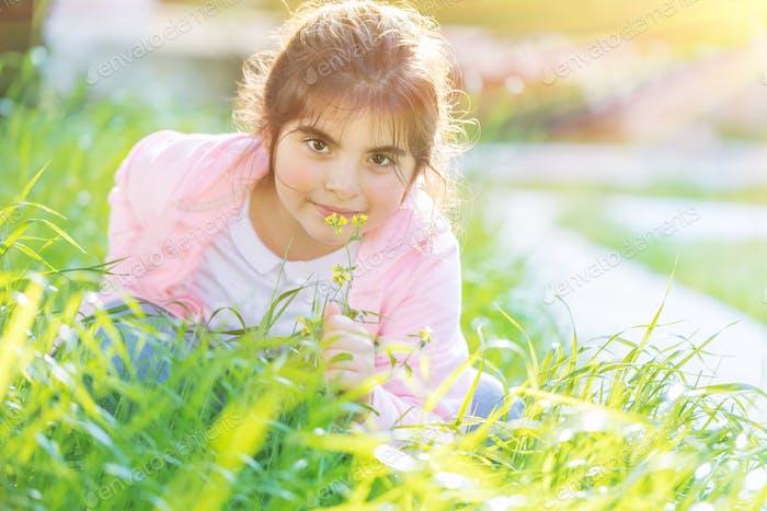 Niedlich kleines Mädchen im freien