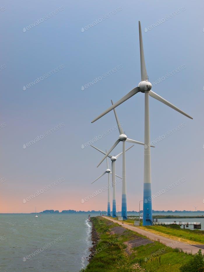 Windturbinen auf einem Pier