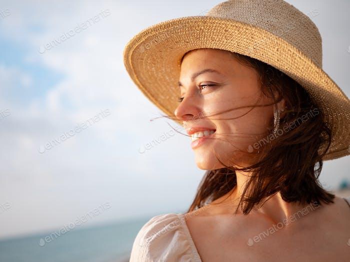 Chica sonriente en el sol