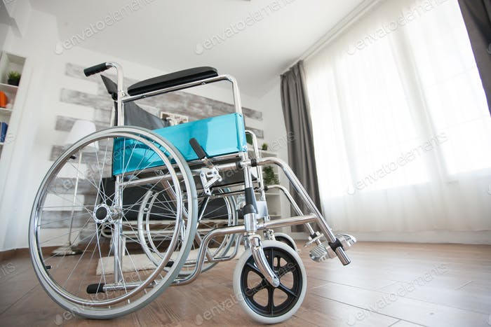 Инвалидная коляска в комнате