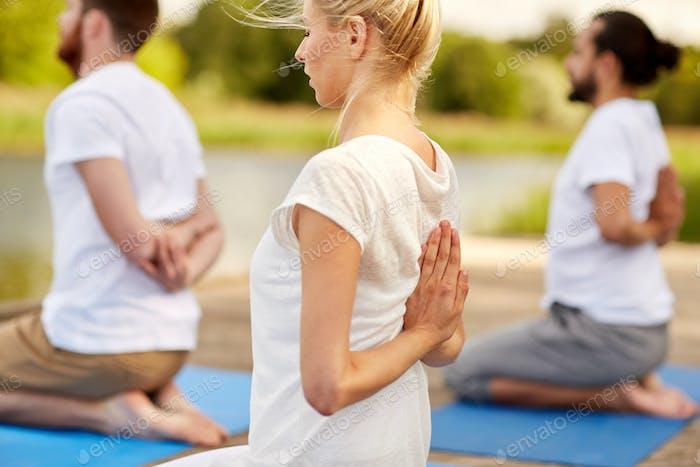 Gruppe von Menschen, die Yoga-Übungen im Freien machen