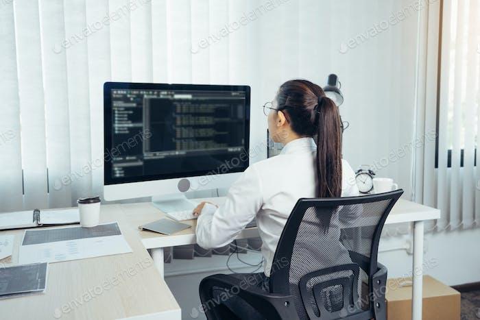 Mujer asiática desarrollo profesional programación sitio web trabajando un software en la sala de oficinas.