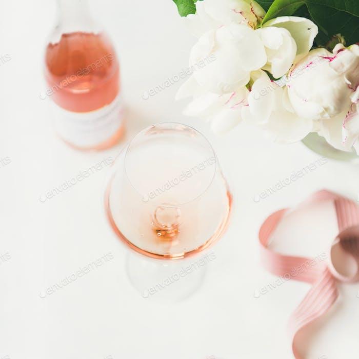 Rosenwein im Glas, rosa Band, Pfingstrose Blumen, quadratische Ernte