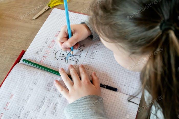 Kleines Mädchen lernen zu schreiben und Farbe