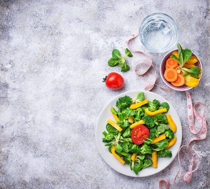 Gesunder Gemüsesalat, Wasser und Maßband
