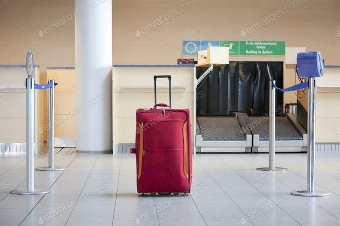 Gepäck an einem Airline-Check-in-Schalter