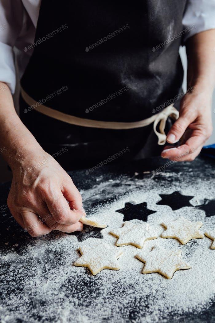Person, die rohe Kekse zu Mehl