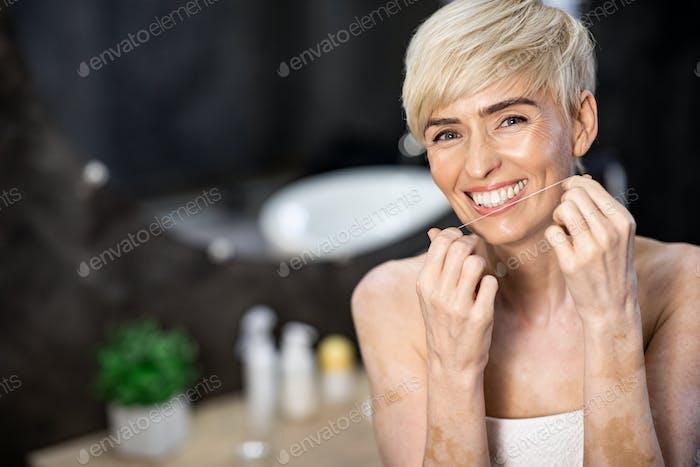 Fröhliche Frau Zahnseide Zähne Stehen Im Badezimmer Zu Hause