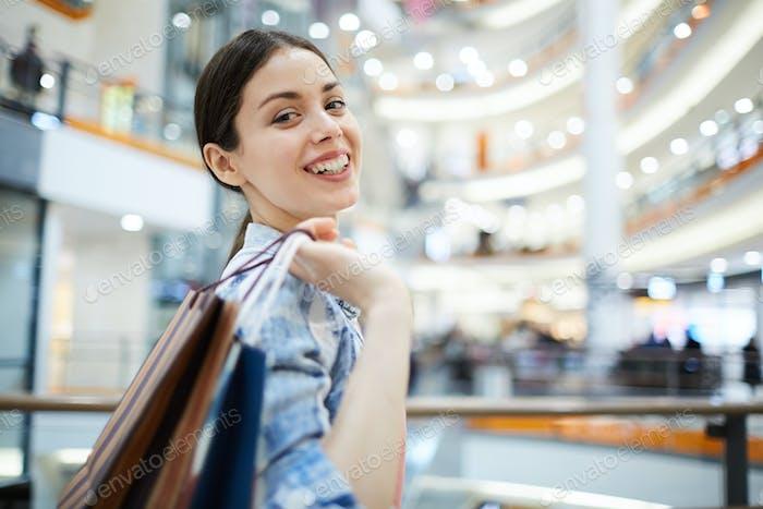 Porträt der Dame im Einkaufszentrum