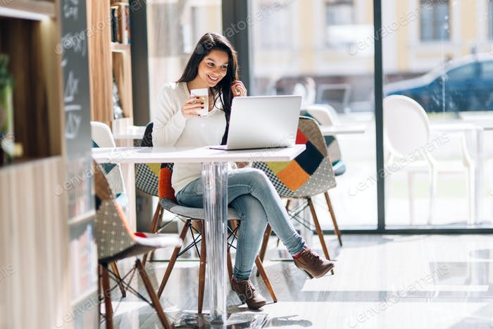 hermosa morena disfrutando de café y Trabajo