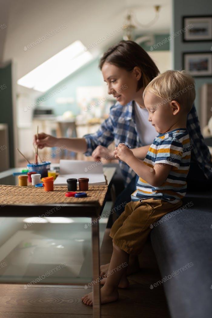 Weibliche Babysitter Lehre kleines Kind Zeichnung zu Hause
