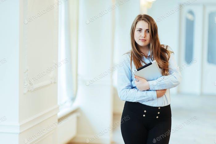 Lächelnde Geschäftsfrau hält einen Tablet-Computer im Büro