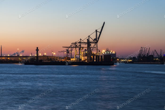 Hamburger Hafen bei Sonnenuntergang
