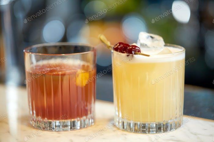 бокалы коктейлей в баре