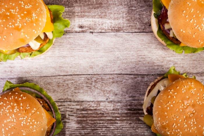 Köstliche hausgemachte Burger auf Holzplatte