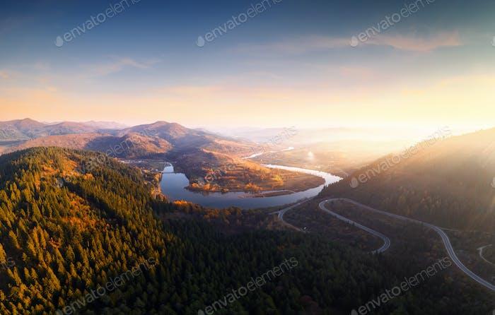 Flug über die Herbstberge mit Bergstraße Serpentine