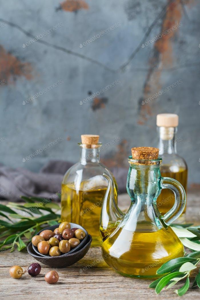 Auswahl an frischem, nativem Olivenöl extra in Flaschen
