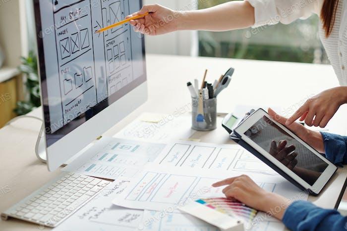 Diseñadores de UX y UI trabajando