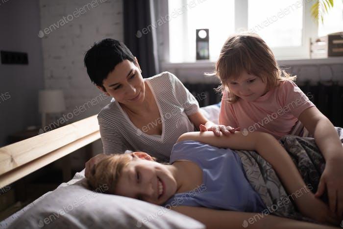 Mutter und Tochter aufwachen Mädchen am Morgen