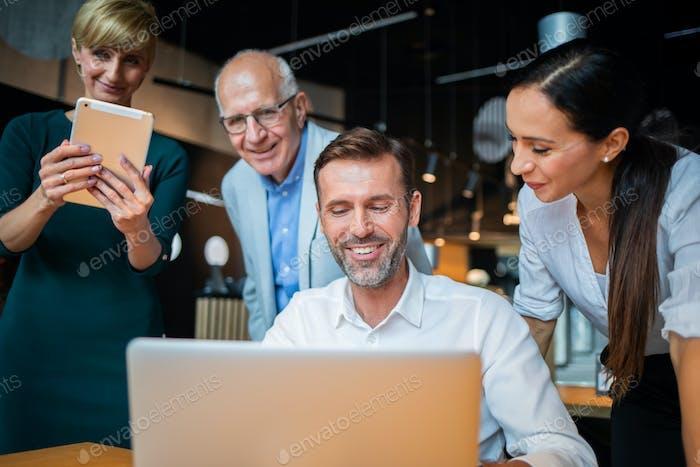 Встреча бизнес-Корпоративный людей в кафе