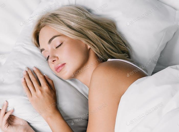 Mujer casa en la cama dormir relajarse sofá casa femenina estilo de vida