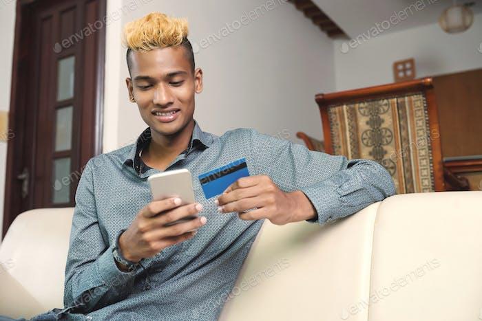 Hombre haciendo compras en línea
