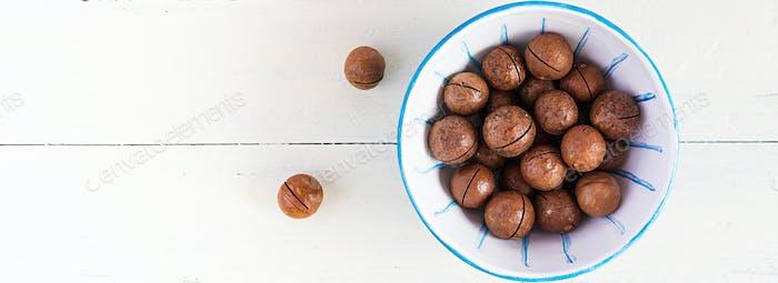 Organische Macadamia-Nüsse (Macadamia integrifolia) in der Schale