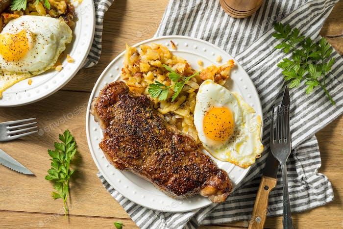 Hausgemachtes Steak und Eier Frühstück