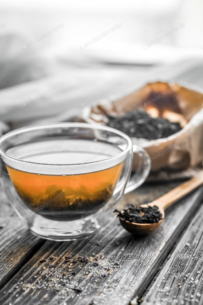 transparente Teetasse mit Holzlöffeln
